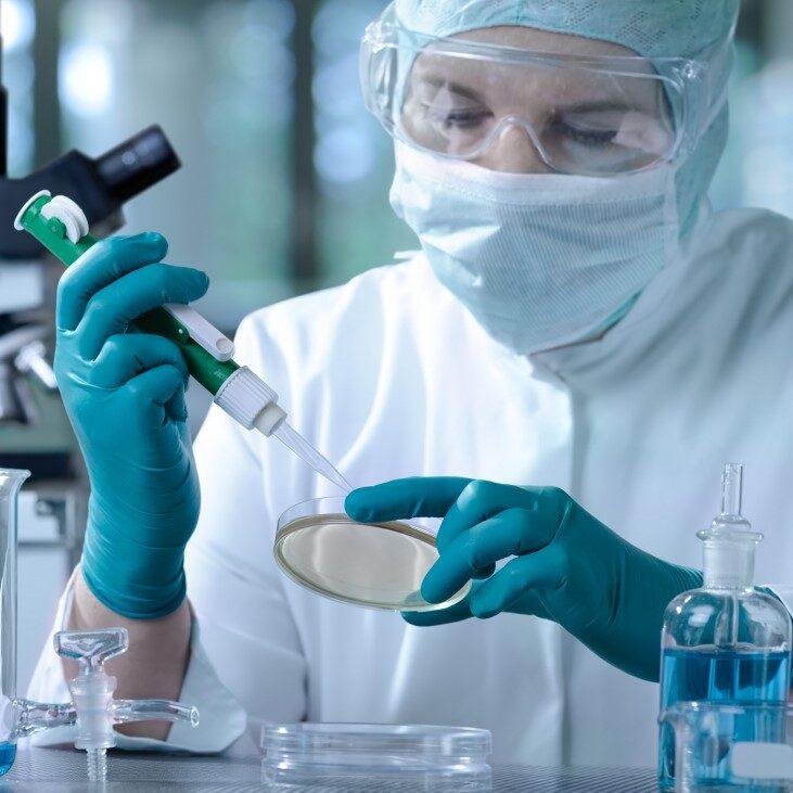 Работникам лабораторий обещают доплату