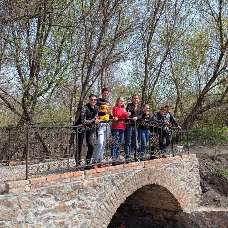 Студенты посадили туи у мостика